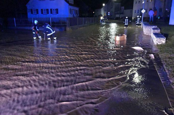 Fahrbahn und Keller unter Wasser